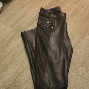 Leather leggings with diamond pattern